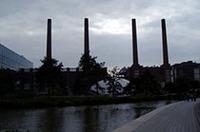 工場開設当時の面影を残す煙突たち。