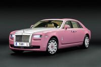 乳がん支援プロジェクトのために作られたピンクの「ゴースト エクステンデッドホイールベース」。