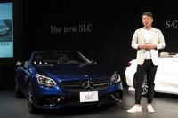「メルセデスAMG SLC43」とメルセデス・ベンツ日本の上野金太郎社長。