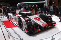 世界耐久選手権を戦う、ディーゼルハイブリッドのレーシングカー「R18 e-tronクワトロ」も展示された。