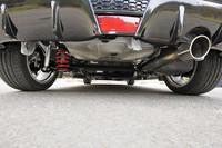 車体後部からフロア下をのぞく。ディフューザー調の大型リアバンパーとマフラーエンドはヴィッツG'sの専用品。赤いスプリングが装着されるサスペンションは専用チューンが施される。