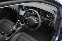 インパネのデザインはハッチバックモデルに準じ、センターパネルが若干、ドライバー側に傾いている。