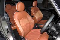 「MINIコンバーチブル」専用に用意された、「レザー・チェスター モルト・ブラウン」のシート表皮。