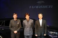 写真右から、開発を率いたチーフエンジニアの有元真人さん、俳優の佐藤浩市さん、デザイン部のサイモン・ハンフリーズさん。
