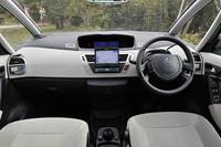 テスト車には、ディーラーオプションで、「HDDナビゲーションシステム」(35万7000円)、「バックカメラ」(2万8980円)が装着される。