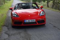 2リッターのフラット4ターボを搭載する「ポルシェ・ボクスター」で、一般道から高速道路までを走り込んだ。日本での価格は6MTの「718ボクスター」が658万円、「718ボクスターS」が852万円。(photo:Porsche Japan)
