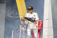 シーズン後半に入り、絶好調のハミルトンの陰に隠れがちだったボッタス(写真)が2位フィニッシュ。9月のシンガポールGP以来となる表彰台にのぼった。ランキング2位のベッテルを15点差の前方に捉え、残り2戦に臨む。(Photo=Mercedes)