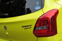 テールゲートを飾る「SWIFT Sport」のバッジ。3ナンバーのワイドボディーに合わせ、テールランプには通常のモデルとは異なる形状のものが採用されている。