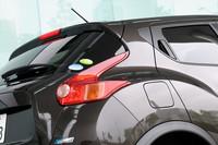 SUVとコンパクトスポーツカーのデザインを結合させたというジューク。同社のスポーツカー「フェアレディZ」を意識した(?)ブーメラン型リアランプが採用された。