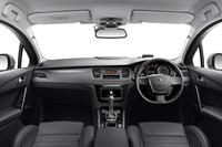 運転席まわりの様子。ステアリングホイールには、オーディオやクルーズコントロールなどのスイッチ類が備わる。