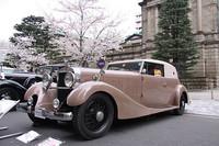 1935年「イスパノ・スイザK6」。佐賀藩主だった鍋島家の13代当主 鍋島直泰氏が裸シャシーで輸入し、自らデザインしたボディを屋敷内のガレージで架装させたというスペシャルで、現在はトヨタ博物館が所蔵する。桜にぴったりのボディカラーは「灰桜色」というそうだ。
