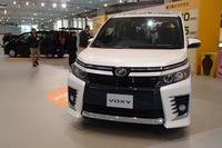 """トヨタ自ら""""毒気のある造形""""という「ヴォクシー」のフロントまわり。写真は専用のエアロパーツを装備するグレード「ZS」。"""