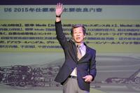 観衆に「馬力と燃費は両立しないと思う方は?」と問いかけ、挙手を求める。
