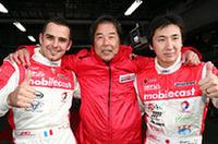 土曜日の予選で1-2を決めたmobilecast IMPULのブノワ・トレルイエ(左)、星野一義監督(中央)、松田次生。