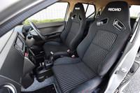 「アルト ワークス」に標準装備される、レカロ製のスポーツシート。色はブラックのみの設定となる。
