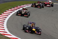 レース後半はベッテル対ロータスのつばぜり合いとなった。残り11周で首位に返り咲いたベッテルを先頭に、グロジャン、ライコネン、そしてフェルナンド・アロンソまでが僅差で連なる展開。ソフトタイヤを履くライコネンはグロジャンを抜き優勝を目指したが時間切れで2位。ベッテルは1秒差で勝利した。(Photo=Red Bull Racing)