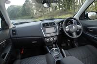 黒を基調としたインテリア。要所要所にメッキをあしらうなどで、アクセントとしている。上級モデル「G」には、プッシュ式エンジンスイッチが標準装備される。質感は低くはないけれど、遊びに行くはずのクルマなのに、内装デザインに遊びがないので寂しい。運転席に座ると、アイポイントは高すぎず、低すぎず、見晴らしがよくてちょうどいい。