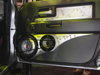 キッカーのデモカーはフロントドアにCOMP VTサブウーファーを搭載。