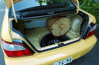 軽量化のため、トランクマット、ボード、トリムを削除。ボディパネルが剥き出しだ。運転席に備わるトランクオープナーもなくなったため、鍵を使って開けなくてはならない。