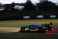 プジョーは、トラブルに泣かされ2連覇ならず。写真は、闇夜を走る1号車のプジョー908HDi-FAP。
