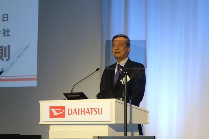 あいさつに立ったダイハツの三井正則取締役社長。新型「ミラ イース」は、ダイハツの新たなクルマづくりの考え方「DNGA(ダイハツニューグローバルアーキテクチャー)」の原点だと語った。