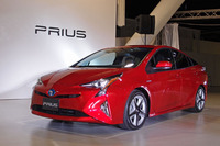 40km/リッターの燃費を目指す新型「トヨタ・プリウス」(写真は国内仕様のプロトタイプモデル)。
