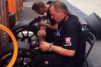 タイヤのメンテナンスを行うシボレーのチームクルー。競技用のタイヤはヨコハマのワンメイクとなっている。