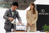 トークショーにおいて、コーヒーの入れ方について学ぶモデルのマギーさん(写真右)。