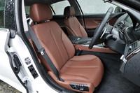 フロントシートには、ランバーサポート、シートヒーターが備わる。写真のシナモンブラウンのほか、ブラック、アイボリーなど全7色が用意される。