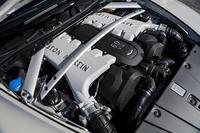 エンジンルームにぎっしりと詰まった5.9リッターV12は573psと63.2kgmを発生。量産型アストン・マーティン史上最速とうたわれる。