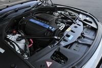 エンジンは従来の4.4リッターV8ターボ(エンジン単体出力は449ps)から3リッター直6ターボ(同320ps)に改められ、燃費が14.2km/リッター(JC08モード)に向上した。