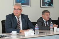 テュフ ラインランド ジャパンのホルガー・クンツ代表取締役社長(左)と、運輸・交通部 部長のヴァルター・シュルツ氏(右)。