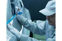 ツートンカラーの塗り分けは、熟練の塗装技術者が行っている。