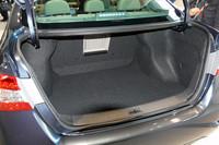 トランク容量は510リッター。後席は倒せないがアームレストスルー機構は備わっており、長さのある荷物も積むことができる。