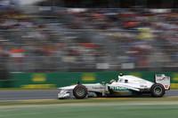 """ティーンエイジャーの頃からの付き合いだった""""ホーム""""マクラーレンを離れ、新天地メルセデスに移籍してきたルイス・ハミルトン(写真)。初戦は予選でこそレッドブルに次ぐ3位と好位置につけたが、レースではトップに食らいつくことができず後退、5位完走。チームメイトのニコ・ロズベルグは電気系トラブルでリタイアした。(Photo=Mercedes)"""
