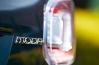テールゲートに装着された「MODA」のバッジ。「パッソ モーダ」は専用の内外装デザインを持つ「パッソ」の上級モデルにあたる。