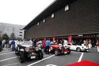 スタート地点の東京国立劇場にはイベントに参加するクラシックカーが勢ぞろい。