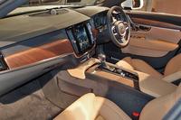 天然素材がふんだんに使われた「S90 T6 AWD インスクリプション」のインテリア。センターコンソールの9インチモニターが目を引く。