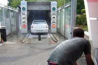 次に手に入れた「フィアット・ブラーヴァ」を、洗車係のおじさんに頼んで機械にかける。(1998年)