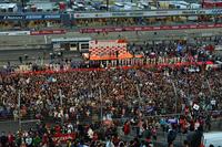 レース後のグランドスタンド。ドライバーを囲んで、大勢のファンの声援がこだました。