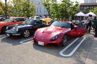 「ポルシェ911」(964型)の隣には「TVRサガリス」が……。会場には国内外のさまざまなスポーツカーが集結。参加者たちは互いの愛車について語り、楽しい朝のひと時を過ごした。