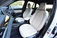 オプションで用意されるパーフォレーテッド・ダコタレザーのシート。「xライン」には、写真のオイスターのほか、ブラック、モカの全3色のシートカラーが用意されている。