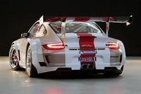 大きなフェンダーが目を引くボディは、レーシーな市販モデル「911 GT3 RS」をベースとするもの。全幅は103mm拡大されている。なお、車両重量は「911 GT3 RS」比で-220kgの、1200kg。