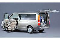 【写真下】身体が不自由な方向けの福祉車両「ステップワゴン・アルマス助手席リフトアップシート車」。なお車いすは撮影用。