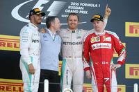 F1第4戦ロシアGPを制したメルセデスのニコ・ロズベルグ(右から2番目)、2位に入ったメルセデスのルイス・ハミルトン(一番左)、3位でフィニッシュしたフェラーリのキミ・ライコネン(一番右)。(Photo=Mercedes)