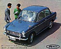 64年2月に登場したベルリーナ。ヴィニャーレ・デザインのバン/ワゴンをダイハツの手で2ドアセダンにアレンジしたモデルで、サイドマーカーランプのついたクサビ型のセンターピラーがチャームポイントである。