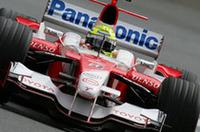 ラルフ・シューマッハー(写真)は、6番グリッドからスタート。途中ピットレーンのスピード違反でドライブスルーペナルティを受けるも、セーフティカーランの混乱に乗じて終わってみれば3位入賞。いっぽうトヨタのもうひとり、ヤルノ・トゥルーリは、1周目に他車と接触し0周リタイアとなった。(写真=Toyota)