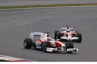 「Panasonic TOYOTA Racing スペシャルラン」。小林可夢偉の「TF109」(前)と中嶋一貴の「TF108」が疑似バトルを魅せた。