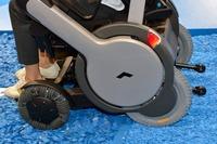 前輪は独自に開発したというオムニホイール(全方位タイヤ)。停止した状態でコントローラーを右に倒すと、後輪を中心にその場で回転することができる。