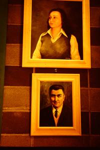 博物館内にあるフェルッチョ(写真下)と、妻アンニータの肖像画。